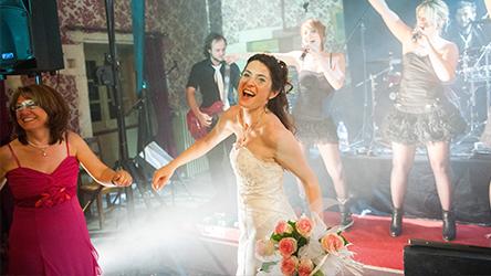 Une mariée danse