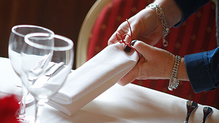 Formation décorateur événementiel du CFAE. Une stagiaire prépare une table de mariage