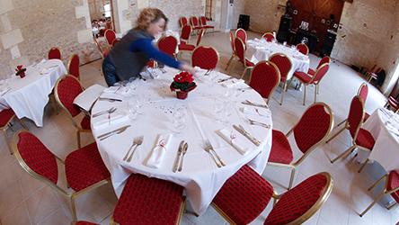 Une décoratrice événementielle prépare une table de mariage