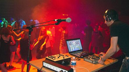 Un DJ mixe pendant une soirée dansante